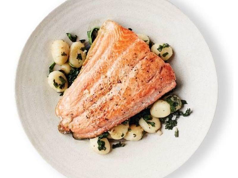 Fileto Salmoni ne shtrat Njokish dhe Spinaqi