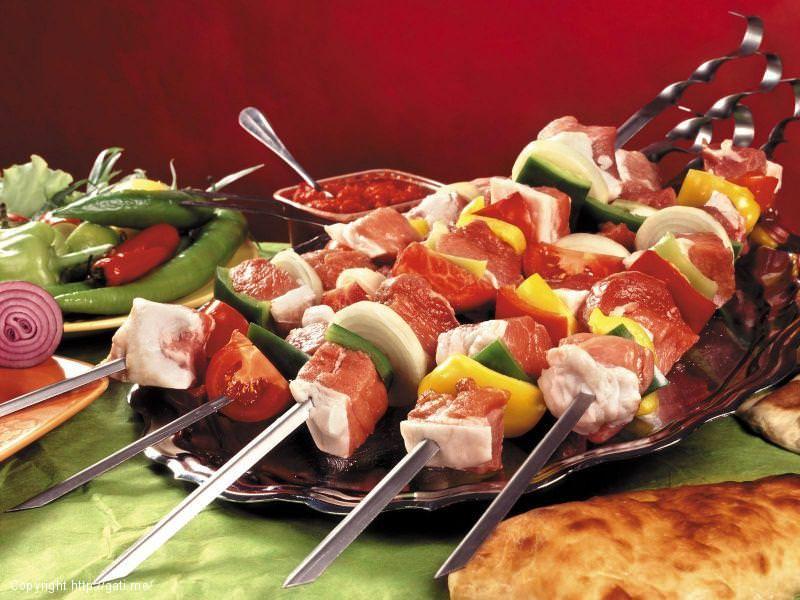 Shishqebap me mish derri dhe perime