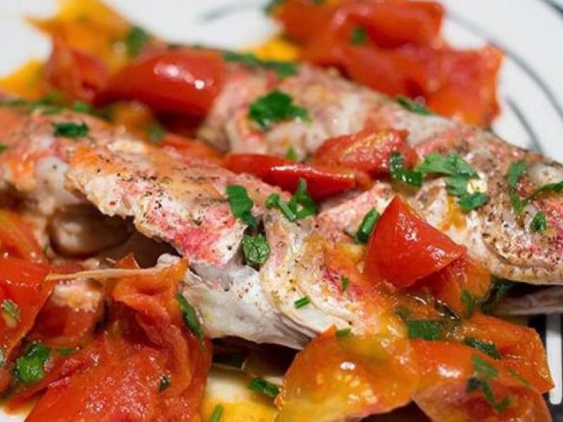 Peshk i vogel me domate qershi